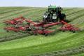 John Deere та Kuhn встановили світовий рекорд зі згрібання трави у валки
