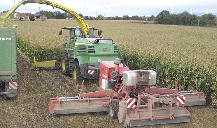 Причіпний мульчер Sauerburger з власним двигуном подрібнює стерню кукурудзи