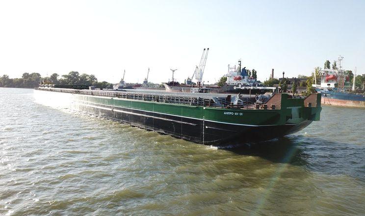 На воду спустили найбільшу баржу України