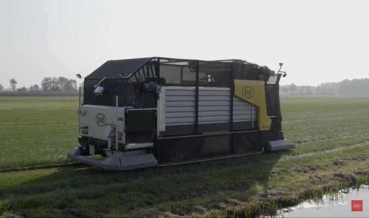 Автономна машина Lely косить, возить та роздає свіжу траву