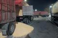 На Черкащині перевантажені фури при перевірці зсипали зерно на дорогу