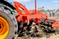 Глибокорозпушувач FRANC руйнує ущільнення ґрунту на глибину до 45 см